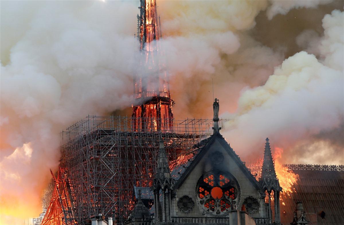 صور الحريق الذي دمر كاتدرائية نوتوردام الباريسية